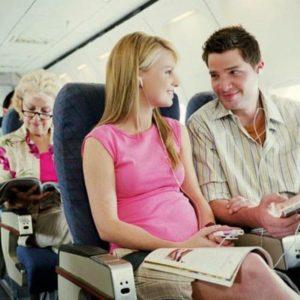 Bà bầu có thai kỳ khỏe mạnh hoàn toàn có thể đi máy bay